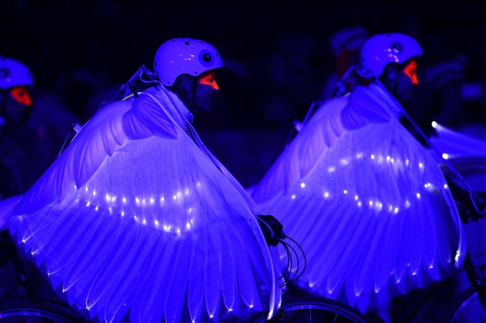 21.WIELKA BRYTANIA, Londyn, 27 lipca 2012: Artyści występujący w czasie uroczystości otwarcia. AFP PHOTO / OLIVIER MORIN