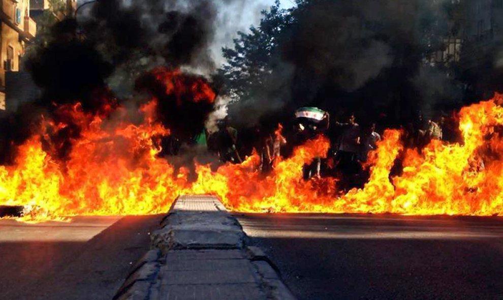 21.SYRIA, Damaszek, 9 lipca 2012: Podpalone barykady na przedmieściach Damaszku. AFP PHOTO/HO/SHAAM NEWS NETWORK