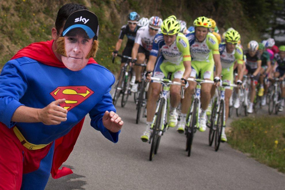 25.FRANCJA, Gouaux-de-Larboust, 19 lipca 2012: Kibic w kostiumie Supermana z twarzą Bradley'a Wigginsa. AFP PHOTO / JOEL SAGET