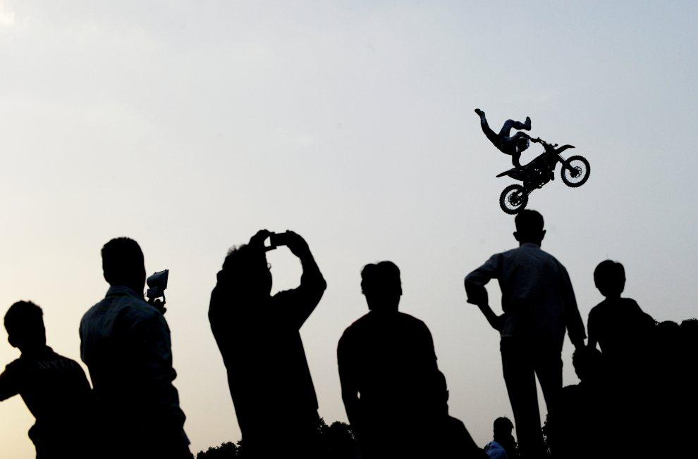 22.INDIE, New Delhi, 30 czerwca 2012: Widzowie przyglądają się popisom kaskaderskim. AFP PHOTO/ Roberto Schmidt