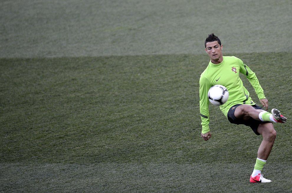 22.UKRAINA, Charków, 16 czerwca 2012: Cristiano Ronaldo (Portugalia) w czasie treningu. AFP PHOTO / FILIPPO MONTEFORTE