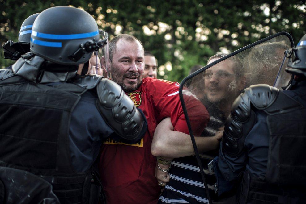 22.FRANCJA, Villefranche-sur-Saône, 12 lipca 2012: Starcie protestujących strażników więziennych z policją. AFP PHOTO / JEFF PACHOUD