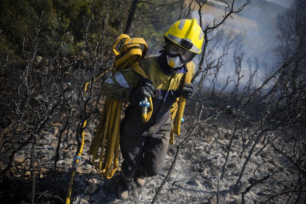22.HISZPANIA, Figueres, 23 lipca 2012: Strażak z zastępu gaszącego ogień w pobliżu Figueres. (Foto:David Ramos/Getty Images)