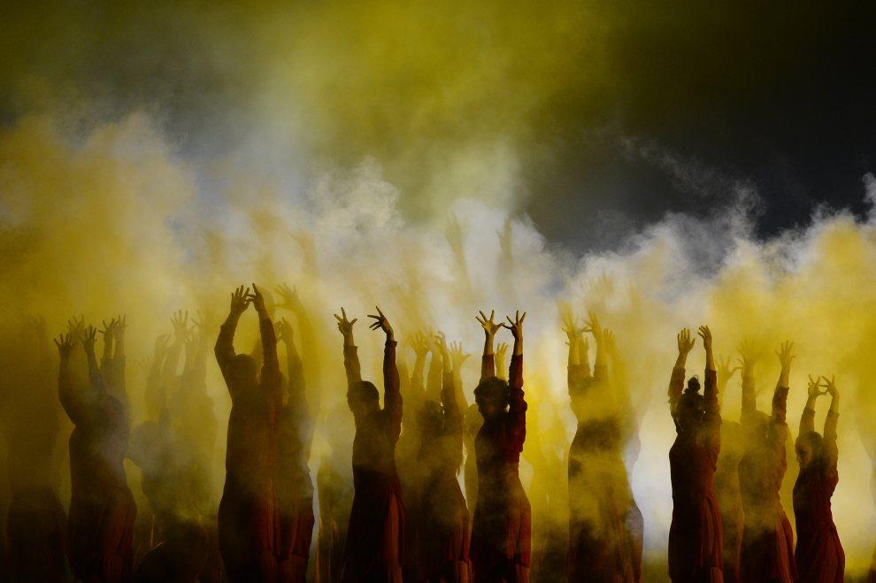 23.WIELKA BRYTANIA, Londyn, 27 lipca 2012: Występ grupy tanecznej podczas ceremonii otwarcia. AFP PHOTO / ADRIAN DENNIS