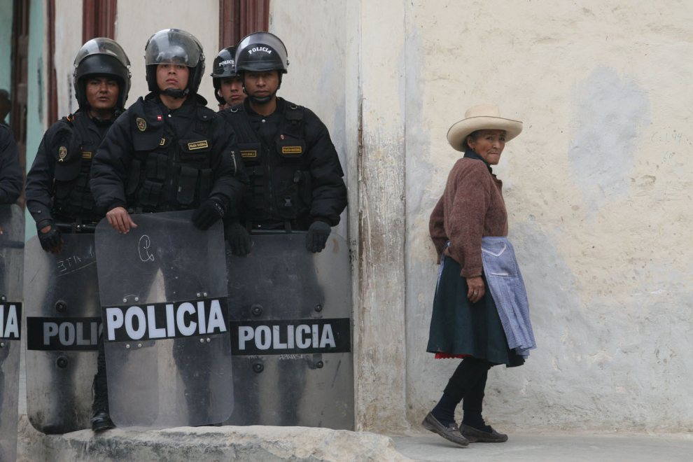 23.PERU, Bambamarcam 7 lipca 2012: Policjanci blokujący, protestującym górnikom, dojście do głównego placu miasta. AFP PHOTO/STR