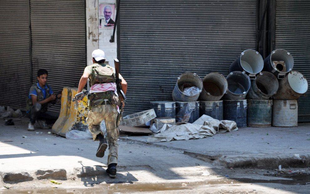 23.SYRIA, Aleppo, 25 lipca 2012: Rebelianci w trakcie walk z siłami rządowymi na ulicach Aleppo. AFP PHOTO / PIERRE TORRES