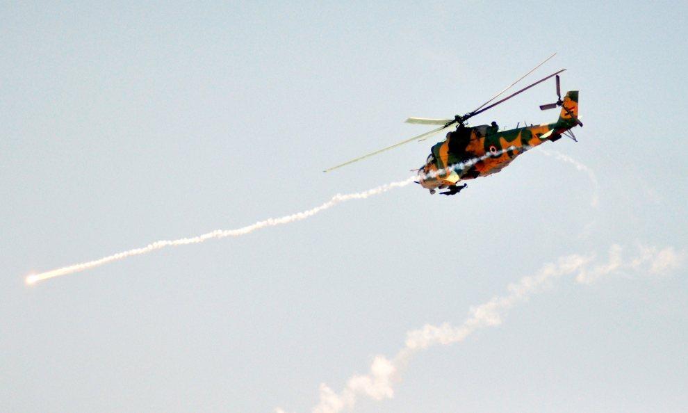 23.SYRIA, brak dokładnej lokalizacji, 10 lipca 2012: Śmigłowiec wojsk rządowych w trakcie manewrów. AFP PHOTO / HO / SANA