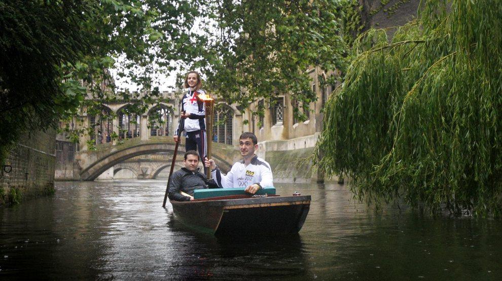 24.WIELKA BRYTANIA, Cambridge, 8 lipca 2012: Ogień olimpijski przewożony łodzią po rzece Cam. (Foto: LOCOG via Getty Images)