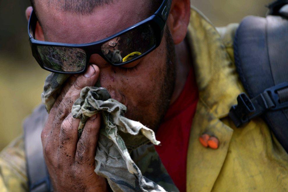 23.USA, Colorado Springs, 3 lipca 2012: Strażak z pobliskiej bazy lotniczej w trakcie akcji gaśniczej.  AFP PHOTO / US AIR FORCE/JEREMY LOCK/