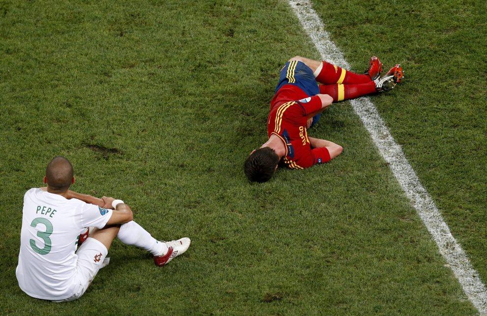 23.UKRAINA, Donieck, 27 czerwca 2012: Xabi Alonso (po prawej) i Pepe (po lewej) po starciu w meczu półfinałowym. Dostawca: PAP/EPA.