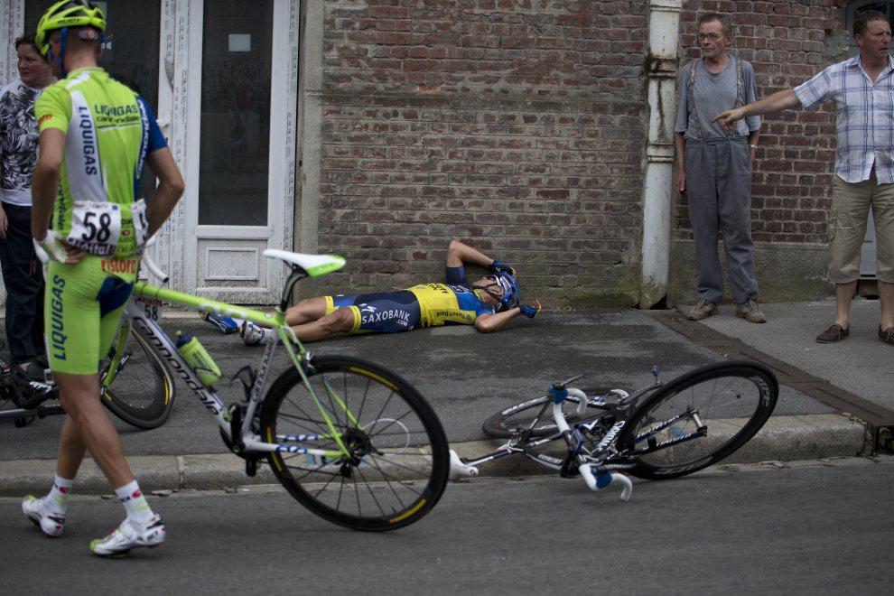 24.FRANCJA, Saint-Quentin, 5 lipca 2012: Wypadek z udziałem Jonathan'a Cantwella (w środku) i Sylwestera Szmyda (po lewej). AFP PHOTO   POOL / JOEL SAGET