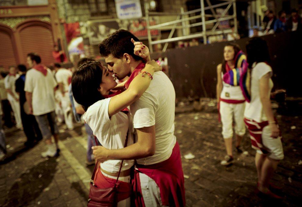 24.HISZPANIA, Pampeluna, 8 lipca 2012: Para całująca się na jednej z ulic w Pampelunie. AFP PHOTO / Pedro ARMESTRE