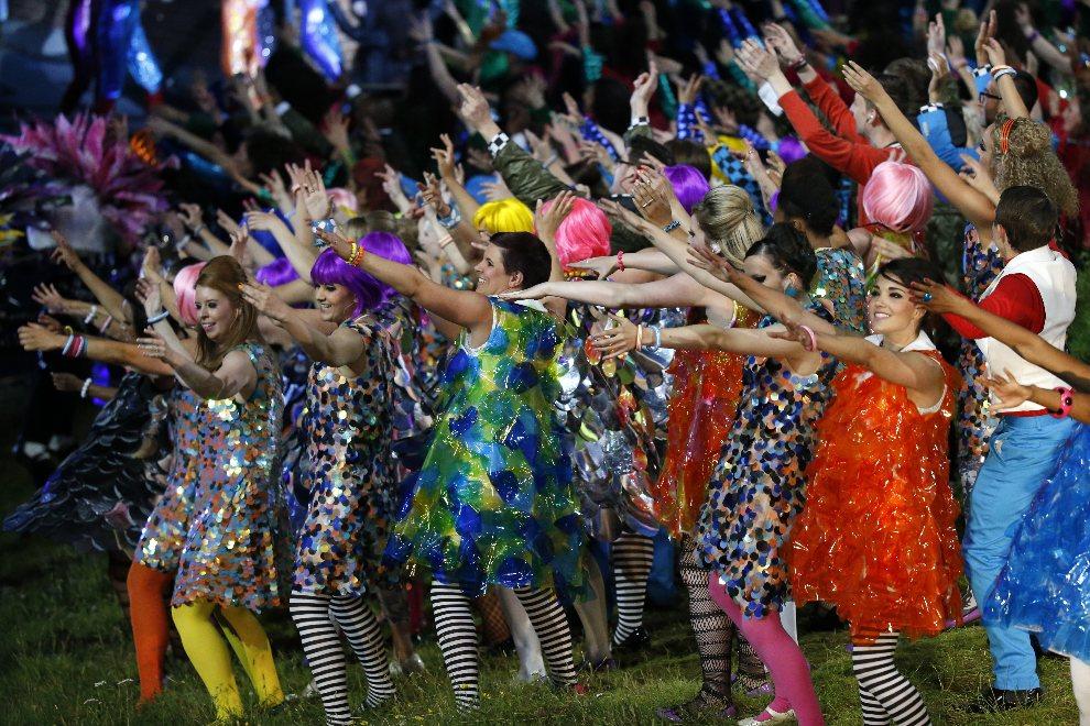 """24.WIELKA BRYTANIA, Londyn, 27 lipca 2012: Tancerki w trakcie części występu zatytułowanej """"Night Out"""". AFP PHOTO / THOMAS COEX"""