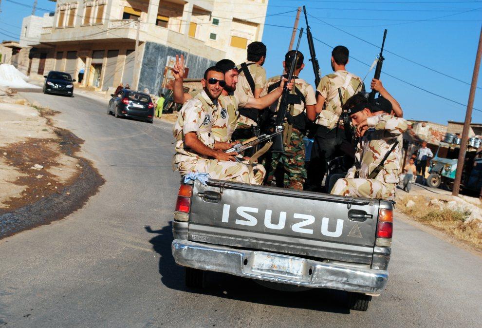 24.SYRIA, Sarmada, 5 lipca 2012: Rebelianci podczas patrol na przedmieściach miasta Sarmada. AFP PHOTO/HO