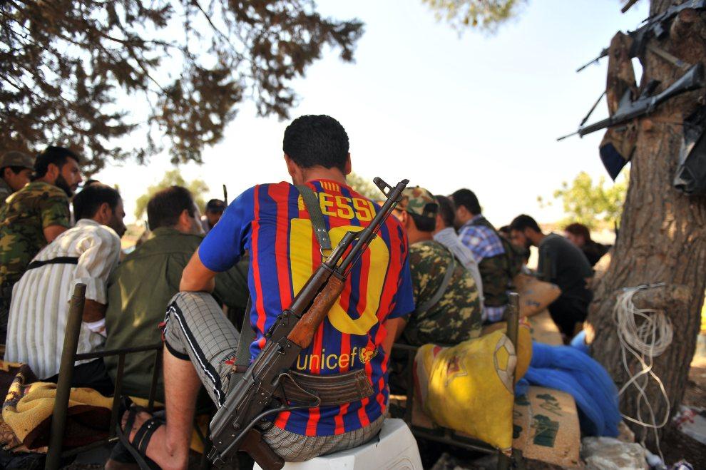24.SYRIA, Aleppo, 22 lipca 2012: Rebeliant w koszulce FC Barcelona. AFP PHOTO / BULENT KILIC