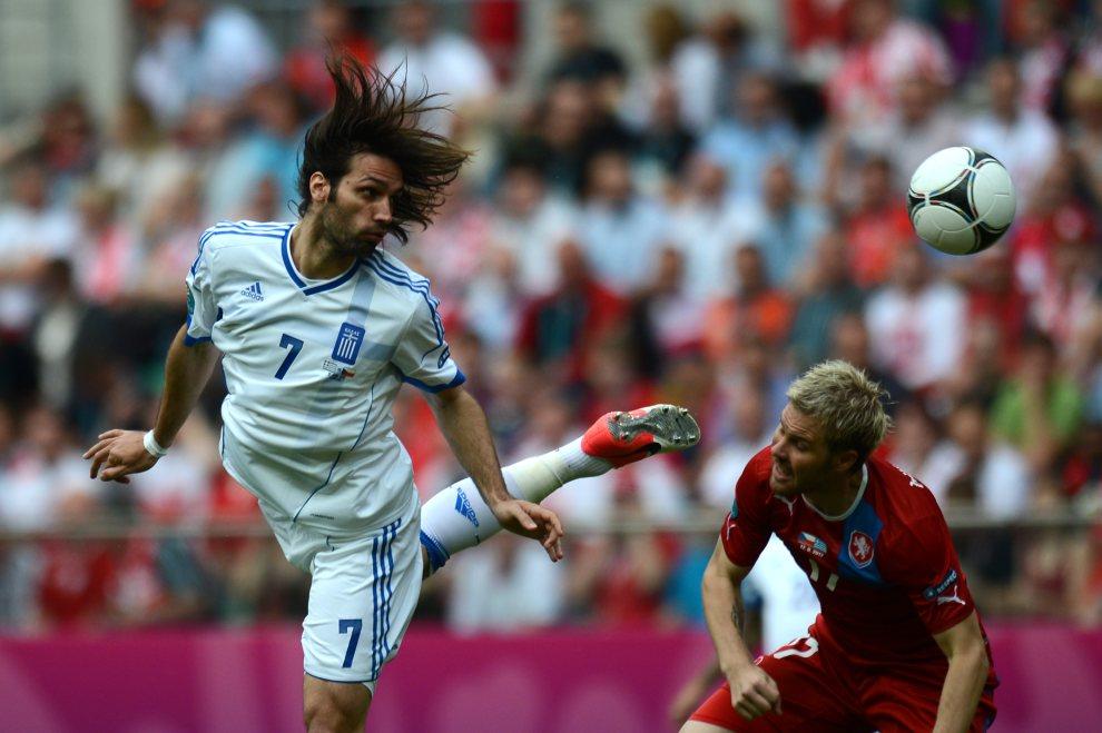 24.POLSKA, Wrocław, 12 czerwca 2012: Giorgios Samaras (Grecja) walczy o piłkę podczas meczy z Czechami. AFP PHOTO / DANIEL MIHAILESCU
