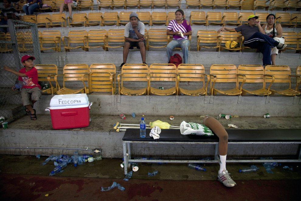 25.NIKARAGUA, Managua, 20 czerwca 2012: Proteza leżąca na trybunach w trakcie meczu koszykówki osób poruszających się na wózkach. AFP   PHOTO / Nicolas GARCIA