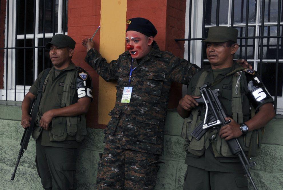25.GWATEMALA, Guatemala City, 24 lipca 2012: Klaun pozuje do zdjęcia z żołnierzami. AFP PHOTO/Johan ORDONEZ