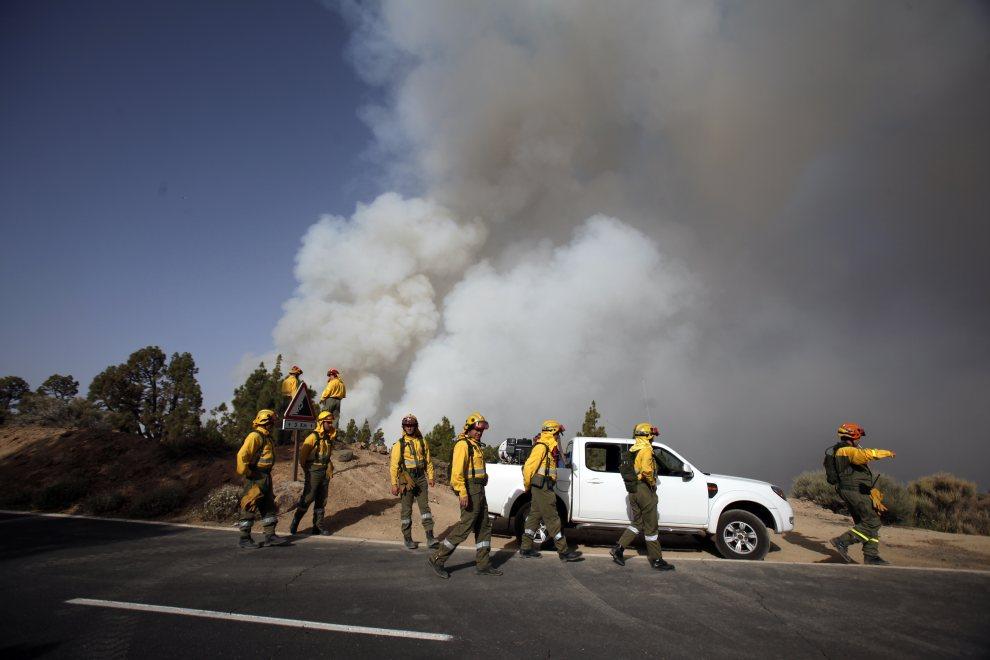 25.HISZPANIA, Teneryfa, 16 lipca 2012: Kłęby dymu unoszące się nad płonącym lasem. AFP PHOTO / Desiree Martin