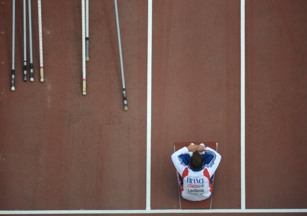 26.FINLANDIA, Helsinki, 30 czerwca 2012: Renaud Lavillenie (Francja, skok o tyczce) czeka na swój występ. AFP PHOTO / ADRIAN DENNIS