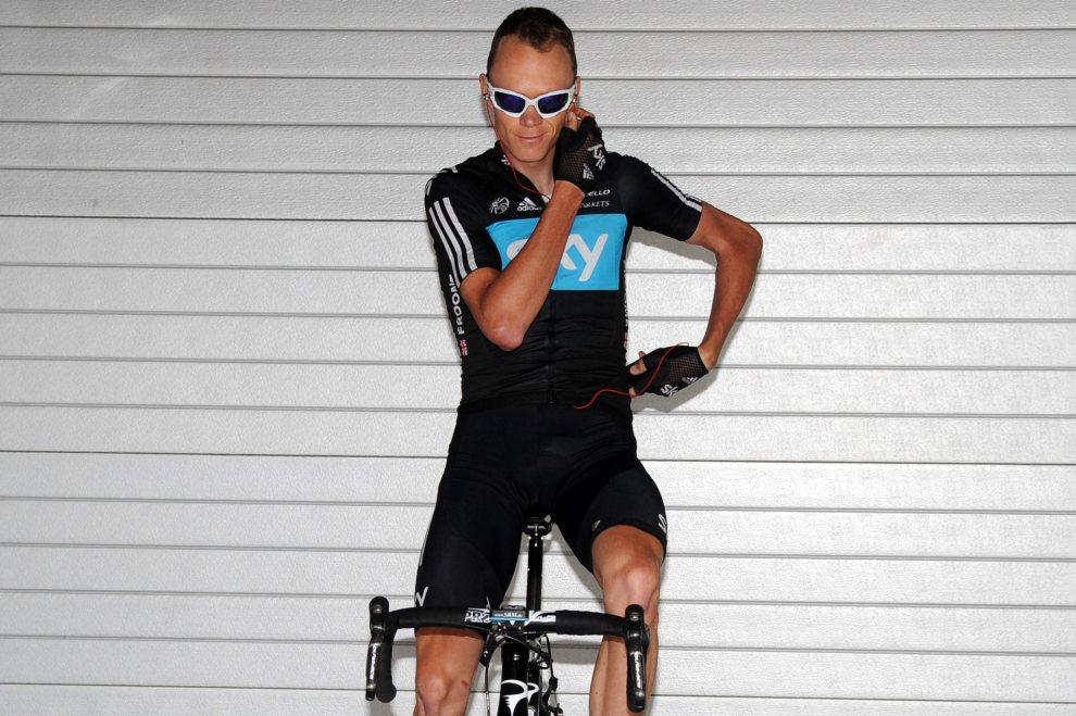 29.FRANCJA, Pau, 17 lipca 2012: Christopher Froome rozmawia przez telefon w trakcie treningu na rowerze stacjonarnym. AFP PHOTO / PASCAL PAVANI