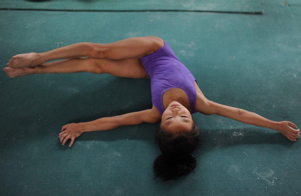 27.CHINY, Hefei, 17 lipca 2012: Młoda gimnastyczka ze szkoły, z której wywodzą się reprezentantki Chin.  AFP PHOTO