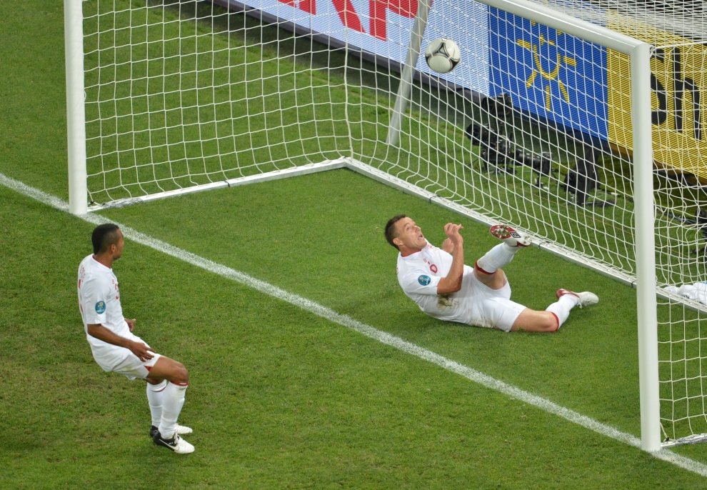 26.UKRAINA, Donieck, 19 czerwca 2012:  John Terry (po prawej) wybija piłkę z bramki podczas meczu Anglia – Ukraina. AFP PHOTO / SERGEI SUPINSKY