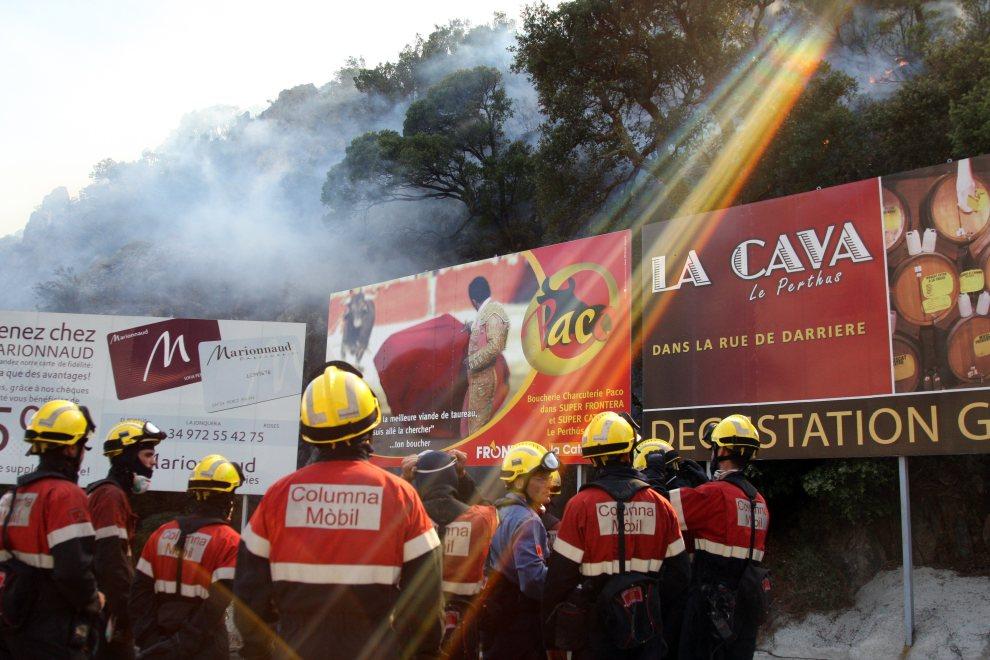 26.FRANCJA, Le Perthus, 22 lipca 2012: Strażacy z Hiszpanii przed rozpoczęciem akcji. AFP PHOTO RAYMOND ROIG