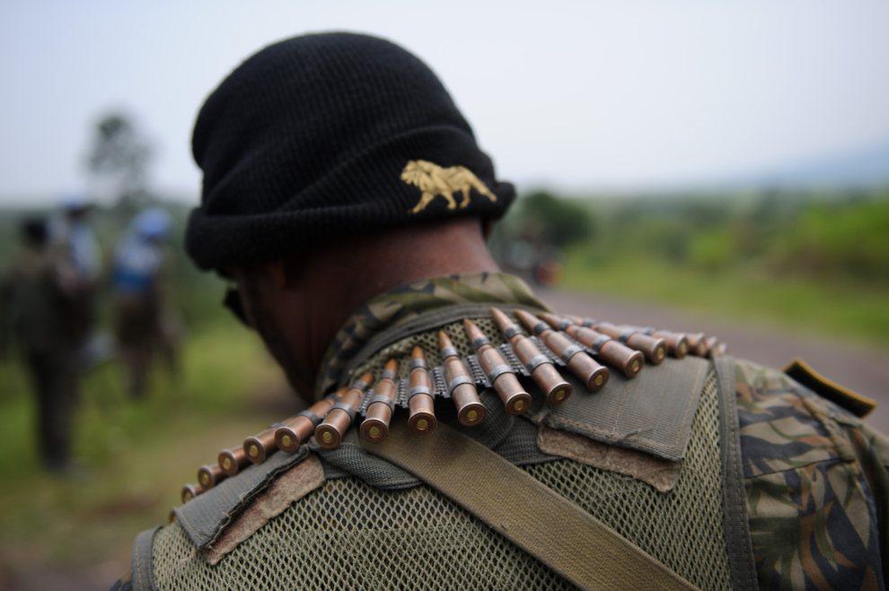 26.DEMOKRATYCZNA REPUBLIKA KONGA, 11 lipca 2012: Żołnierz na posterunku wojskowym przy drodze prowadzącej do Gomy.  AFP PHOTO/PHIL MOORE
