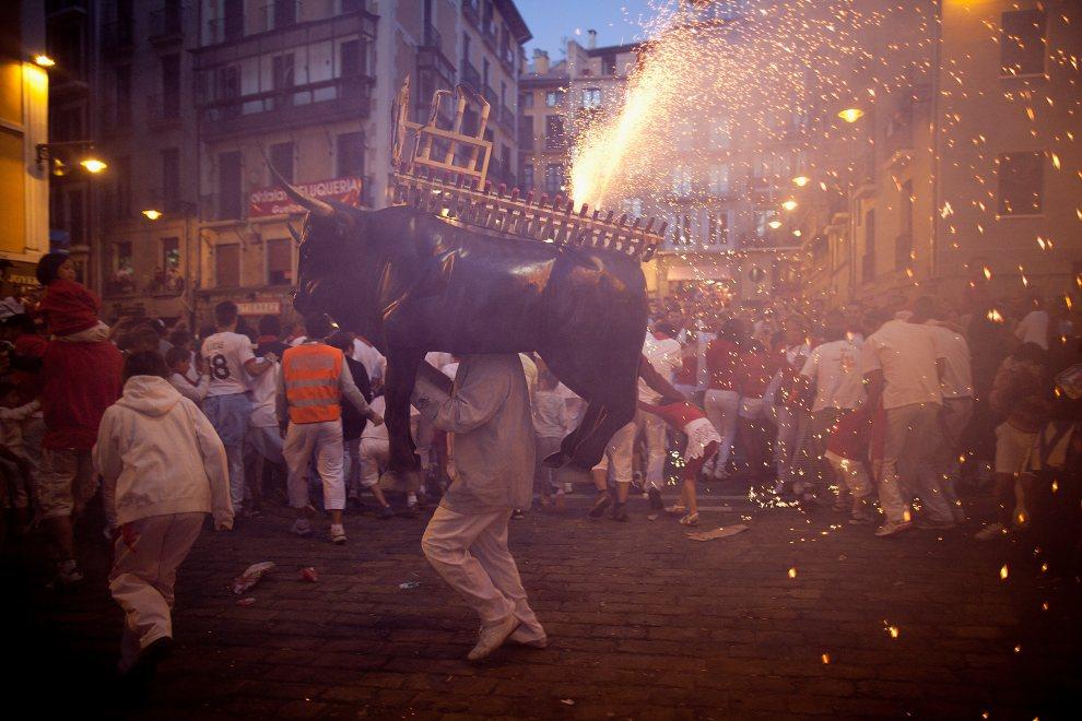 26.HISZPANIA, Pampeluna, 8 lipca 2012: Sztuczne ognie wystrzeliwane podczas zabawy na ulicy. (Foto: Pablo Blazquez Dominguez/Getty Images)