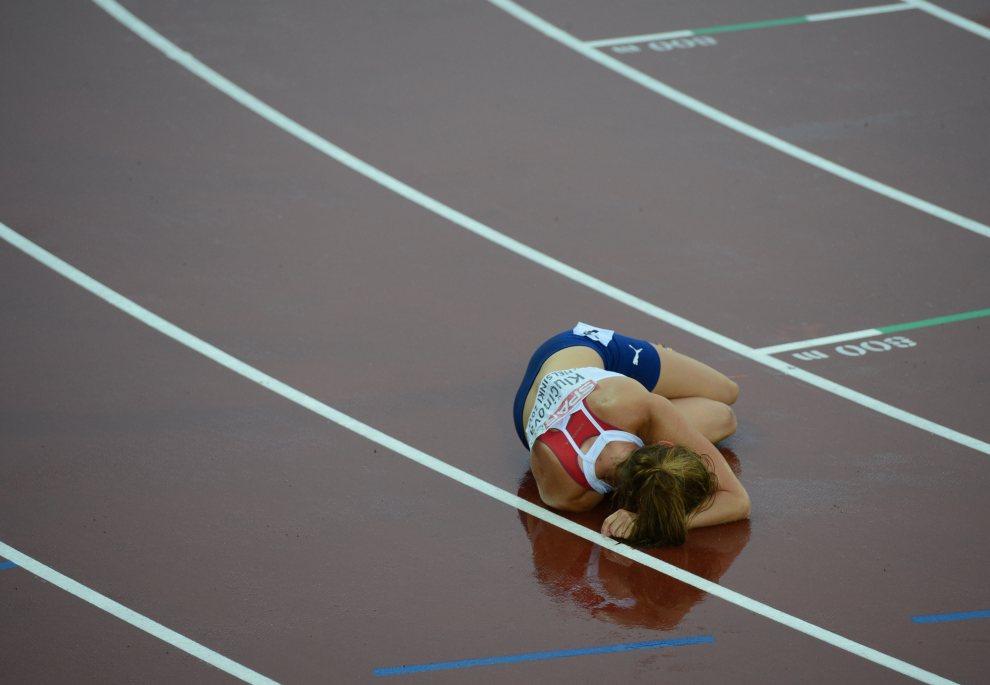 27.FINLANDIA, Helsinki, 30 czerwca 2012: Eliska Klucinova po zakończeniu biegu na 800m. AFP PHOTO / ADRIAN DENNIS