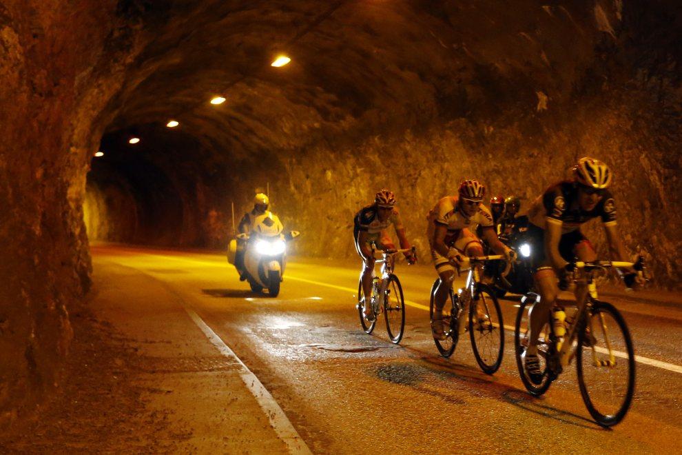 30.FRANCJA, Annonay, 13 lipca 2012: Uciekająca przejeżdża przez tunel na trasie z Saint-Jean-de-Maurienne do Annonay. AFP PHOTO / JOEL SAGET