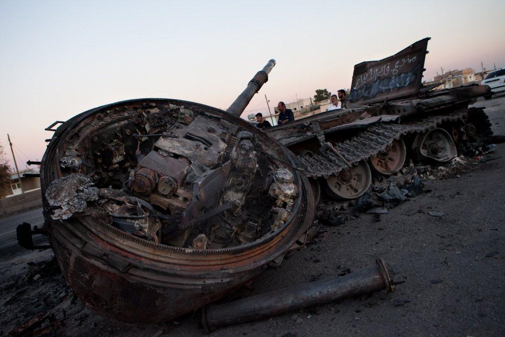 27.SYRIA, Khan al-Sible, 4 lipca 2012: Czołg sił rządowych zniszczony przez rebeliantów. AFP PHOTO/LO