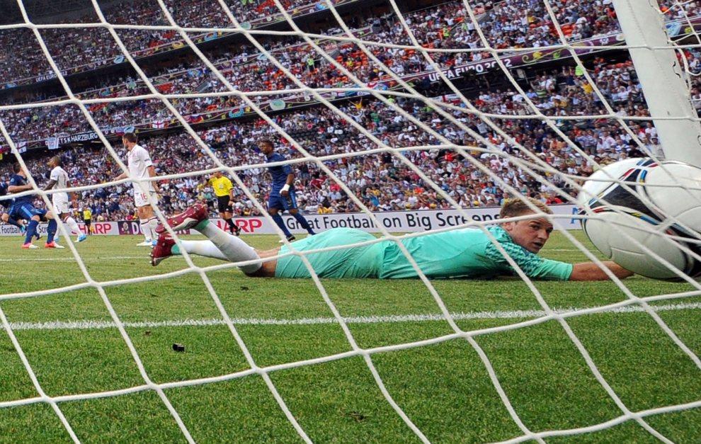 27.UKRAINA, Donieck, 11 czerwca 2012: Angielski bramkarz odprowadza wzrokiem piłkę wpadającą do siatki. AFP PHOTO/ FRANCK FIFE