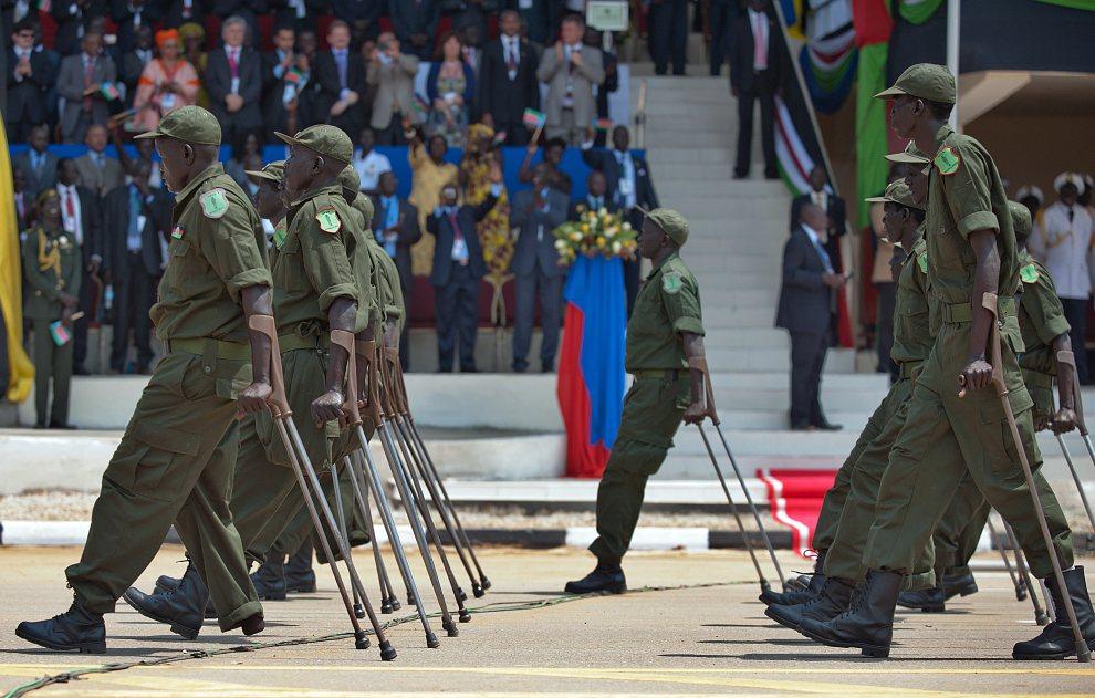 27.SUDAN POŁUDNIOWY, Dżuba, 9 lipca 2012: Weterani w trakcie defilady z okazji pierwszego święta niepodległości. AFP PHOTO / Giulio PETROCCO
