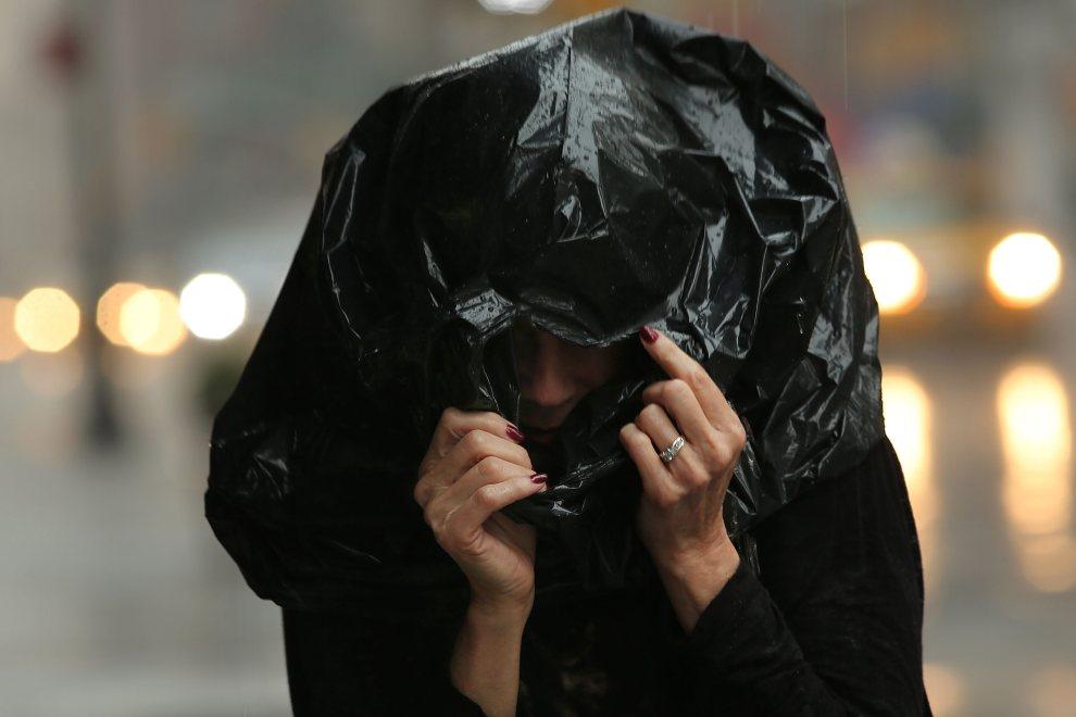27.USA, Nowy Jork, 22 czerwca 2012: Kobieta zaskoczona przez ulewny deszcz na ulicy w Nowym Jorku. (Foto: Spencer Platt/Getty Images)