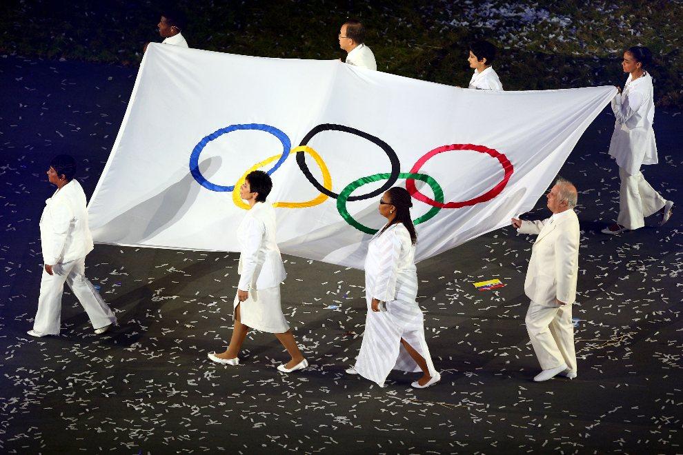 27.WIELKA BRYTANIA, Londyn, 27 lipca 2012: Flaga olimpijska wnoszona na stadion. (Foto: Paul Gilham/Getty Images)