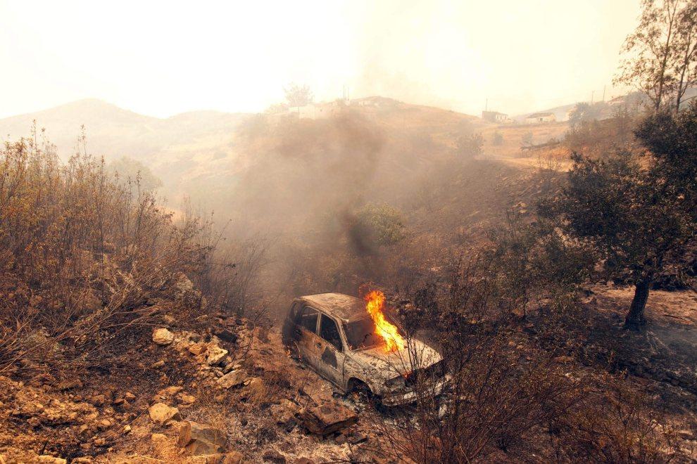 27.PORTUGALIA, Palheirinhos, 20 lipca 2012: Płonący samochód w wiosce Palheirinhos. EPA/MELANIE MAPS Dostawca: PAP/EPA.