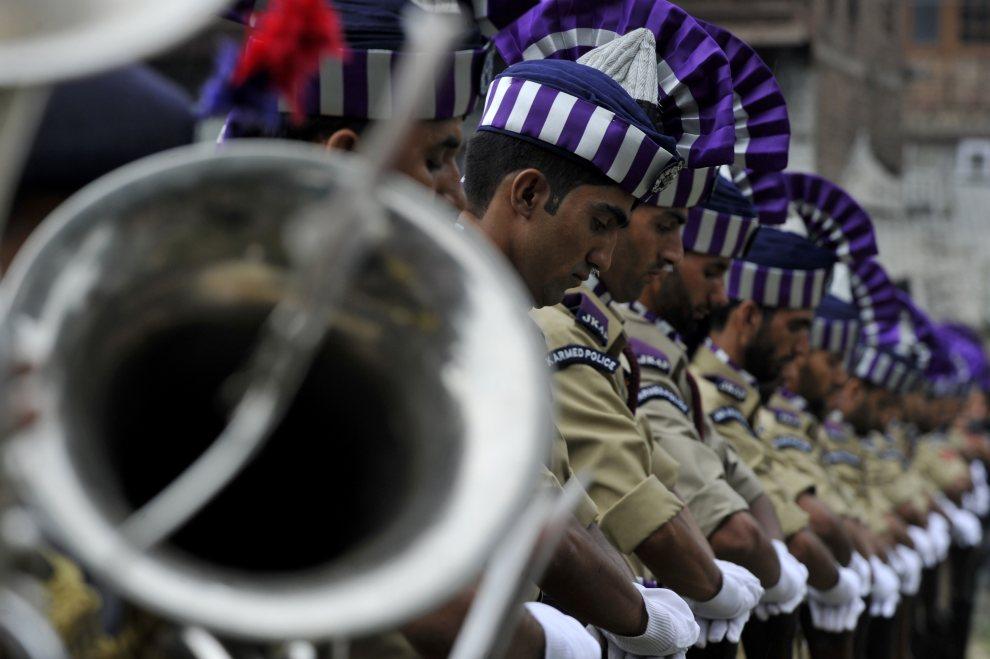 28.INDIE, Srinagar, 13 lipca 2012: Warta honorowa z wystawiona na cmentarzu Mazar-e-Shohda. AFP PHOTO/ Tauseef MUSTAFA