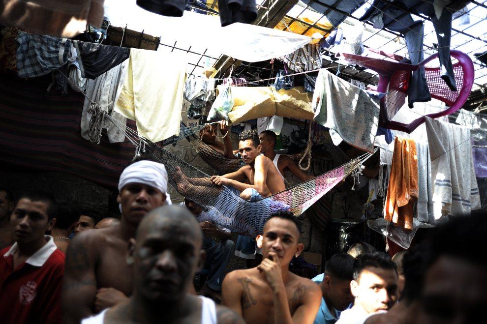 28.SALWADOR, San Salvador, 24 lipca 2012: Członkowie gangów odbywający karę w więzieniu Cojutepeque. AFP PHOTO/ Jose CABEZAS