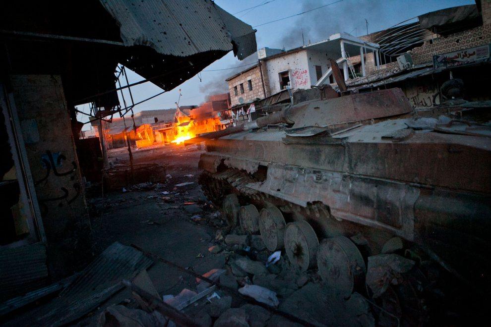 28.SYRIA, Atareb, 2 lipca 2012: Pojazd sił rządowych zniszczony i porzucony na jednej z ulic w centrum miasta Atareb. AFP PHOTO/LO