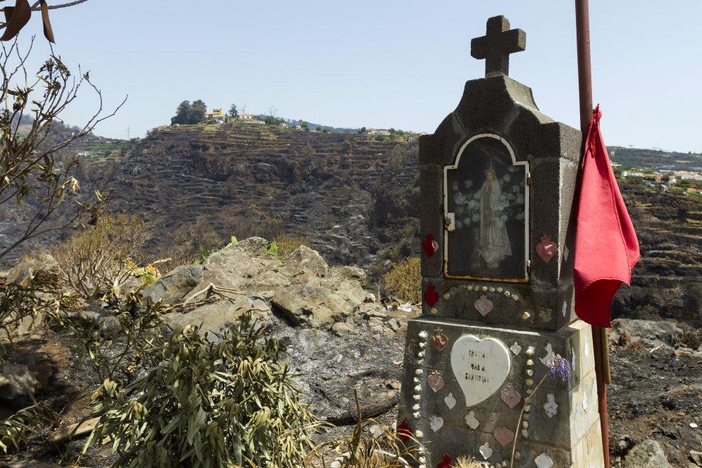 28.PORTUGALIA, Gaula, 21 lipca 2012: Kapliczka na terenie przez który przeszedł pożar. AFP PHOTO / GREGORIO CUNHA