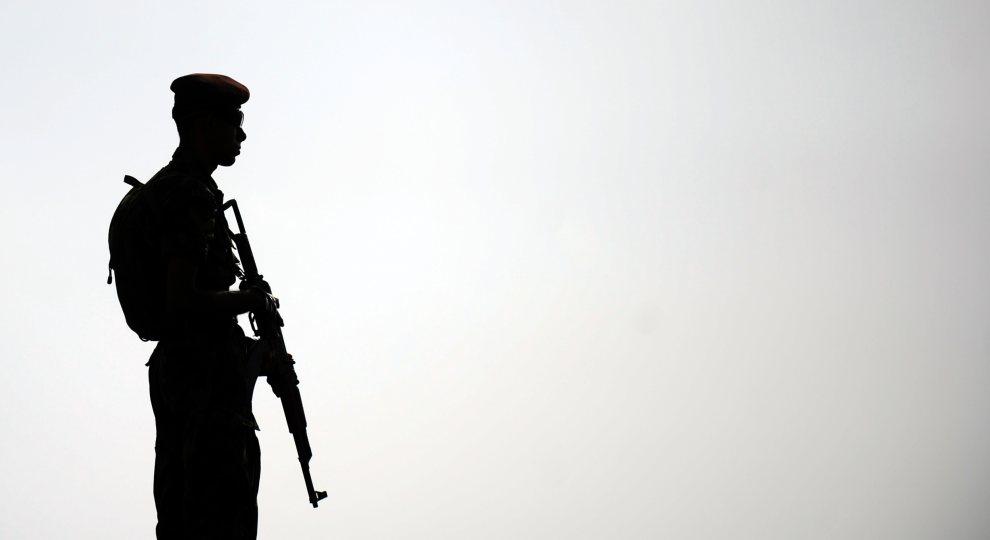 30.SRI LANKA, Colombo, 13 lipca 2012: Żołnierz na posterunku przy promenadzie Galle Face. AFP PHOTO/Ishara S. KODIKARA