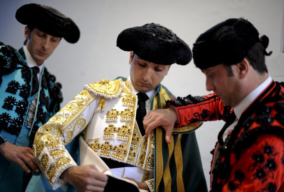 28.HISZPANIA, Pampeluna, 8 lipca 2012: Matador Javier Castano (w środku) przygotowuje się do wejścia na arenę. AFP PHOTO/Pedro ARMESTRE