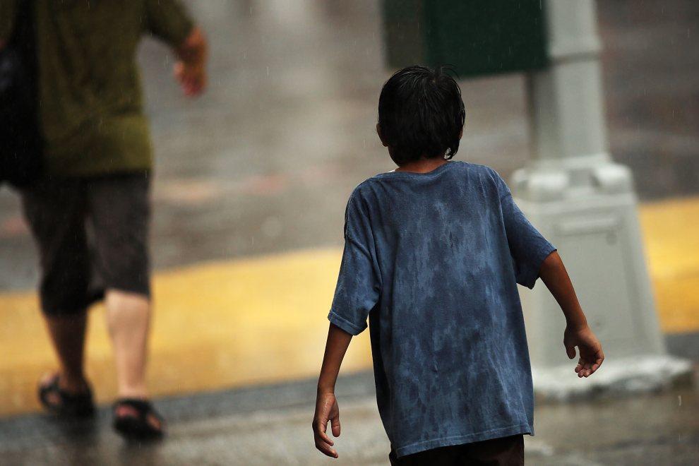 28.USA, Nowy Jork, 22 czerwca 2012: Dziecko na ulicy podczas popołudniowej ulewy. (Foto: Spencer Platt/Getty Images)