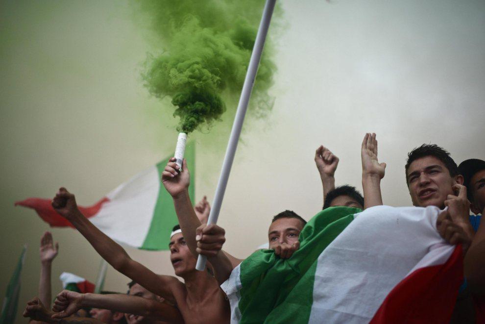 28.WŁOCHY, Rzym, 1 lipca 2012: Włoscy kibice oglądający mecz w Circus Maximus. EPA/GUIDO MONTANI Dostawca: PAP/EPA.