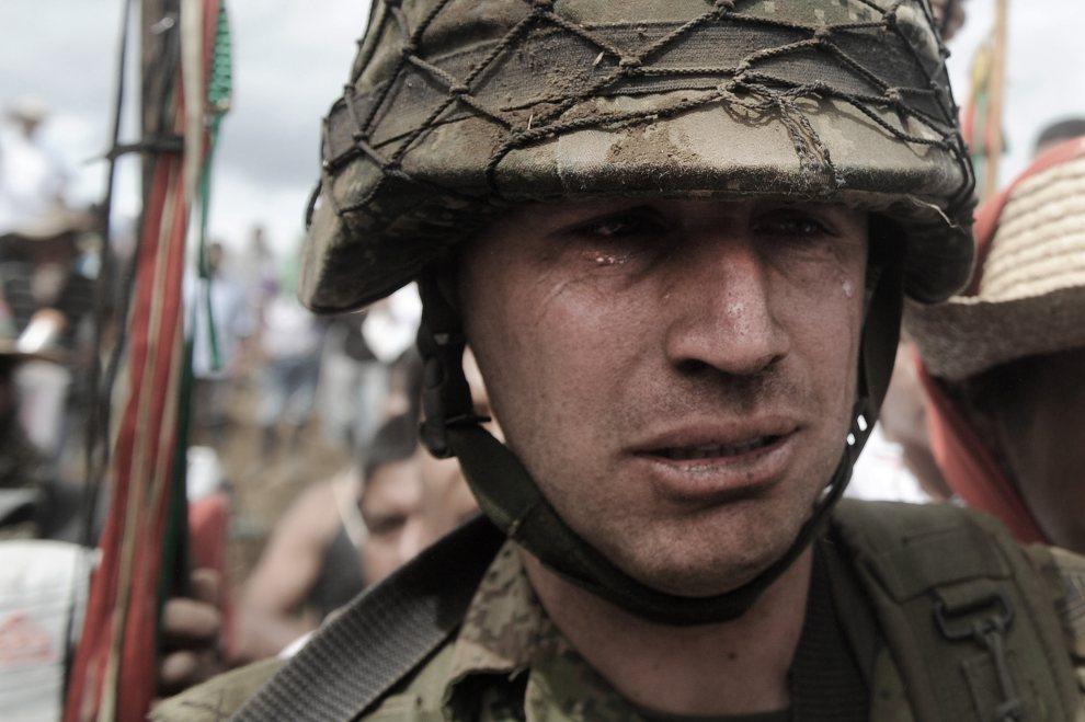 31.KOLUMBIA, Toribio, 17 lipca 2012: Sierżant Rodrigo Garcia płacze opuszczając posterunek, z którego przepędziła żołnierzy lokalna ludność. AFP PHOTO/Luis ROBAYO