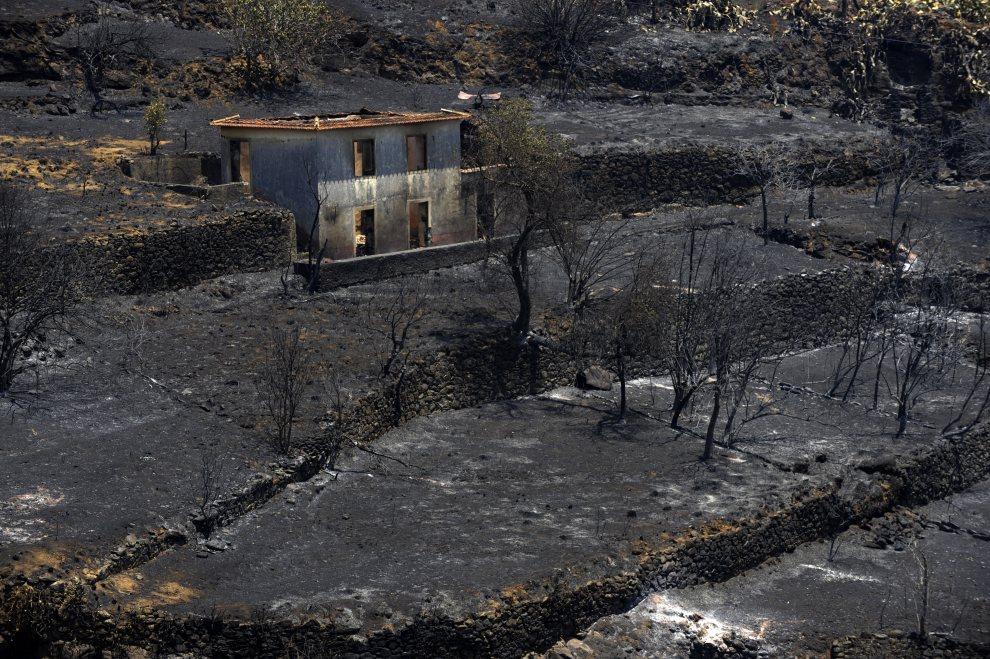 29.PORTUGALIA, Machada, 20 lipca 2012: Posiadłość na przedmieściach Machada strawiona przez pożar. AFP PHOTO / MIGUEL RIOPA