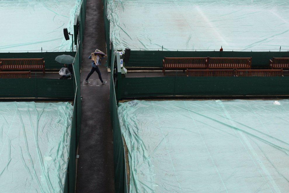 29.WIELKA BRYTANIA, Londyn, 2 lipca 2012: Zasłonięte przed deszczem korty Wimbledonu. (Foto: Dan Kitwood/Getty Images)