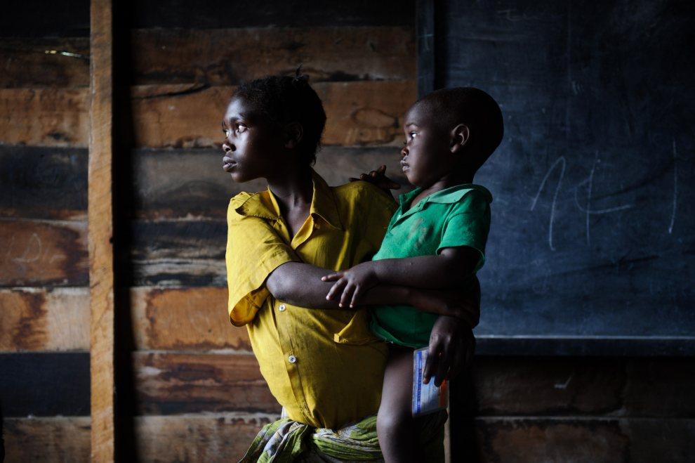 2.DEMOKRATYCZNA REPUBLIKA KONGA, Goma, 25 lipca 2012: Dziewczynka z małym dzieckiem (uchodźcy) chroniący się w szkole przed walkami między armią i M23. AFP PHOTO/PHIL MOORE
